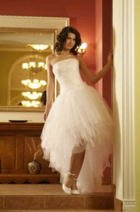Короткие свадебные платья со шлейфом фото