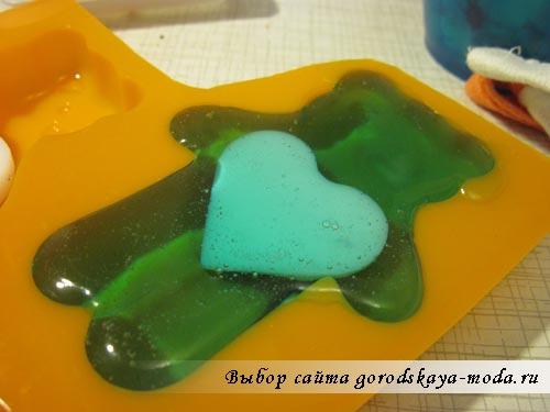 заливаем основу в форму для мыла