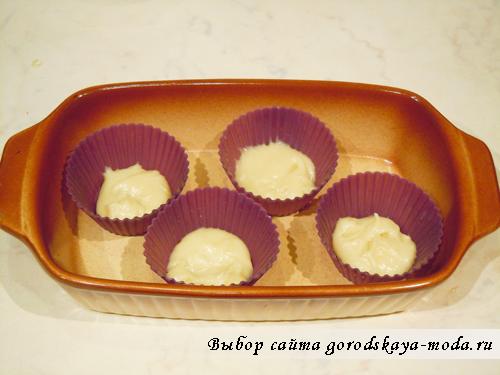 заливаем тесто в формочки для печенья