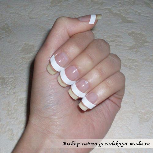 приклеиваем трафареты на ногти