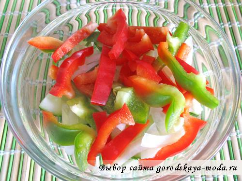 выложите овощи в салатник