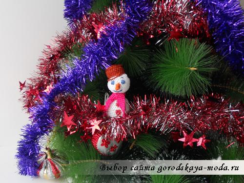 вязаный снеговик на елке фото