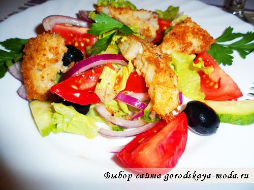 рыбный салат с овощами и маслинами