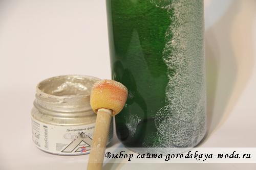 нанести акриловую краску на бутылку