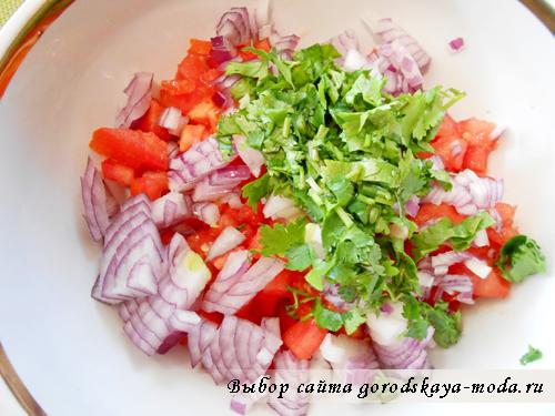 сложить овощи в салатник