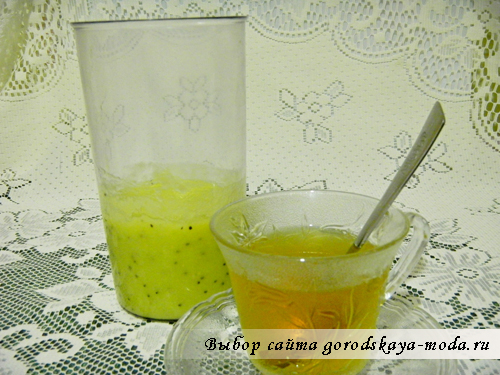 смешать фрукты с чаем
