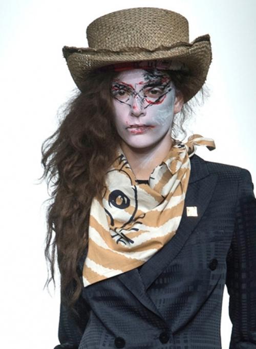 Letnie-shljapy-s-pokazov-Vivienne-Westwood-Red-Label
