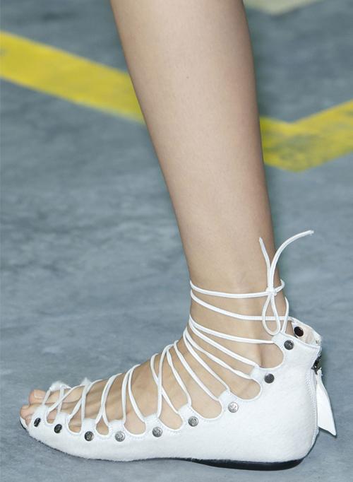 Letnjaja-obuv'-s-modnyh-pokazov-1
