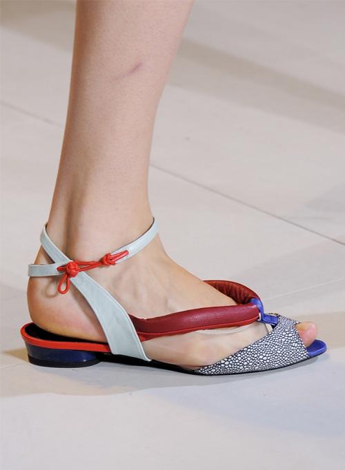 Letnjaja-obuv'-s-modnyh-pokazov-Tsumori-Chisato