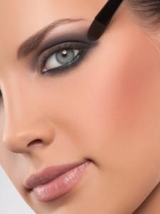 Миниатюра к статье Как правильно наносить макияж на глаза