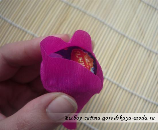 обмотайте конфету двумя такими заготовками