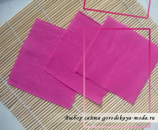 нарежьте квадратов из гофрированной бумаги размерами примерно 8 на 6 см