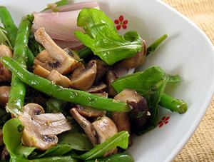 Приготовление салата с жареными шампиньонами